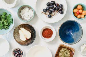frukt, grönt och kryddor i olika skålar