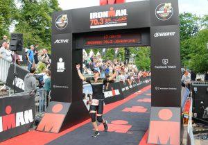 En man springer i mål på Ironman