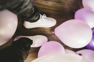 Ett par ben bland ballonger