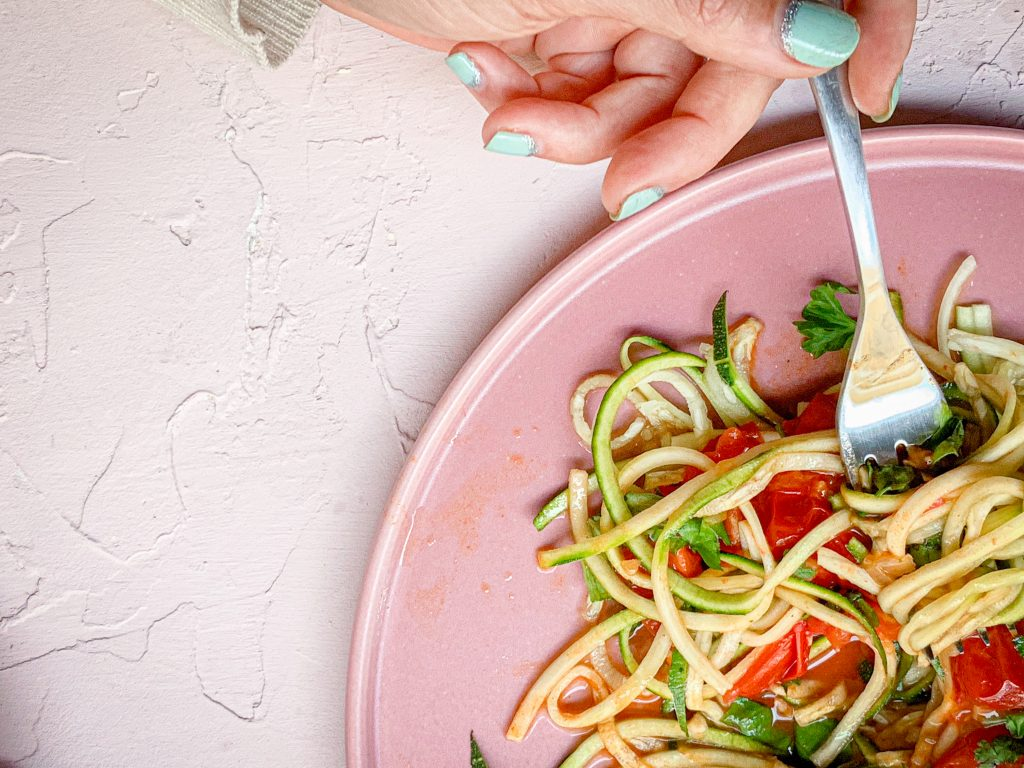En tallrik med tomatsås