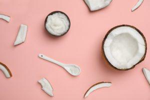 Kokosnötter på en rosa bakgrund